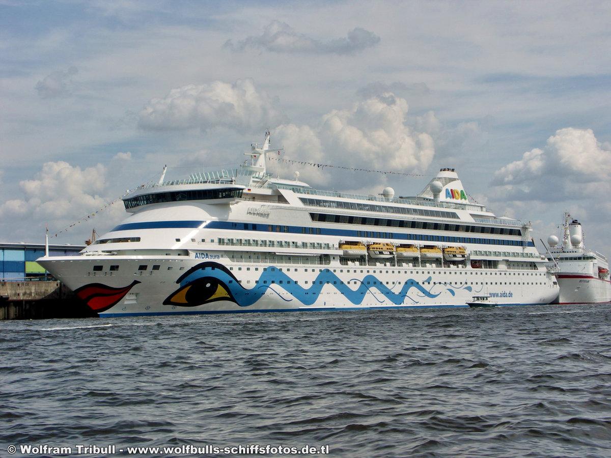 AIDAaura am 02.08.2008 bei Hamburg Höhe Cruise Terminal Hafencity