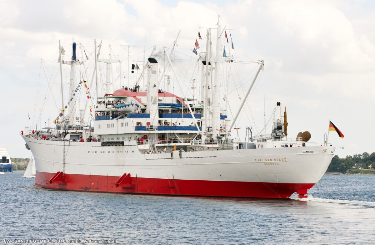 CAP SAN DIEGO am 18.07.2010 bei der Ausfahrt aus dem Nord-Ostsee-Kanal bei Kiel