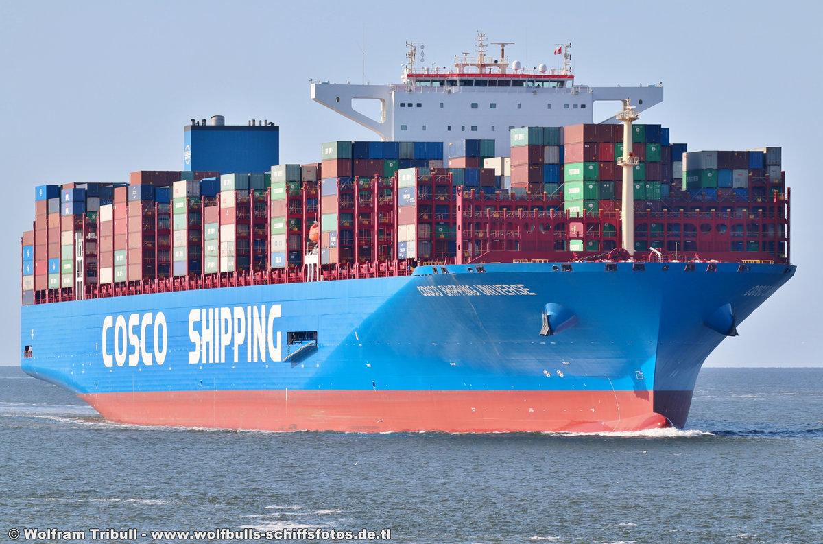 COSCO SHIPPING UNIVERSE am 19.07.2018 bei Cuxhaven Höhe Steubenhöft beim Erstanlauf in den Hamburger Hafen