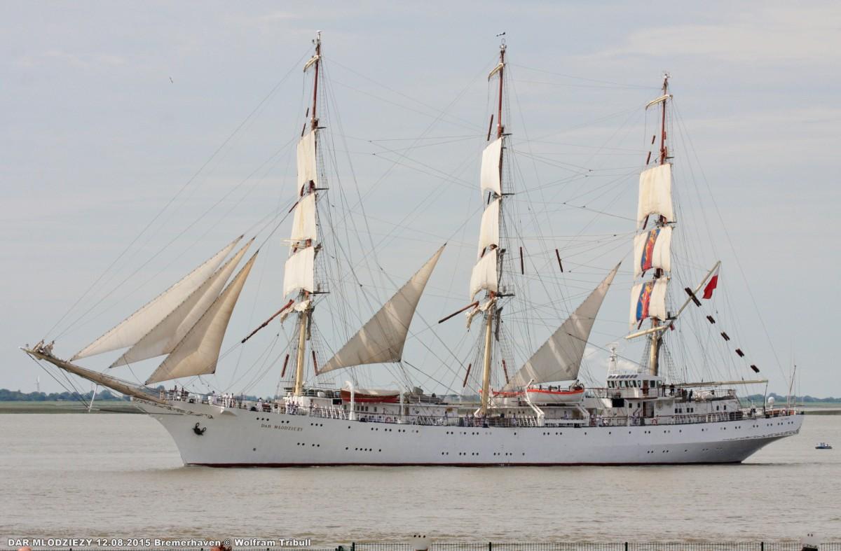 DAR MLODZIEZY aufgenommen bei Bremerhaven Höhe Kaiserschleuse am 12.08.2015 bei der Einlaufparade von der Sail 2015 in Bremerhaven