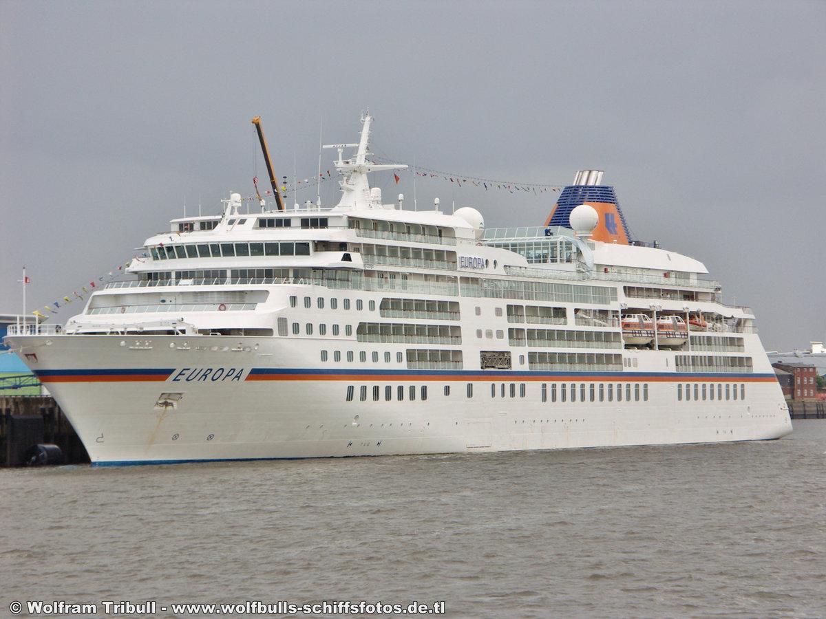 EUROPA am 30.08.2006 bei Hamburg Höhe Cruise Terminal Hafencit