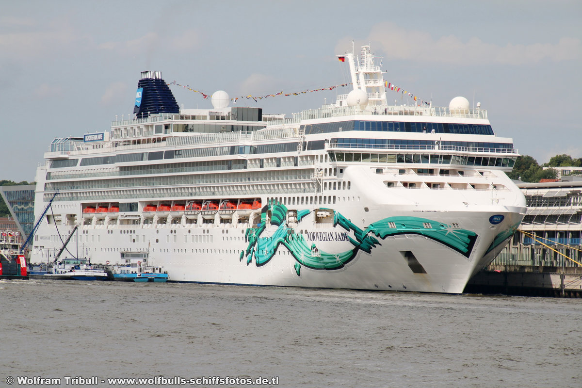 NORWEGIAN JADE aufgenommen am 30. Juli 2017 bei Hamburg Höhe Cruise Terminal Altona