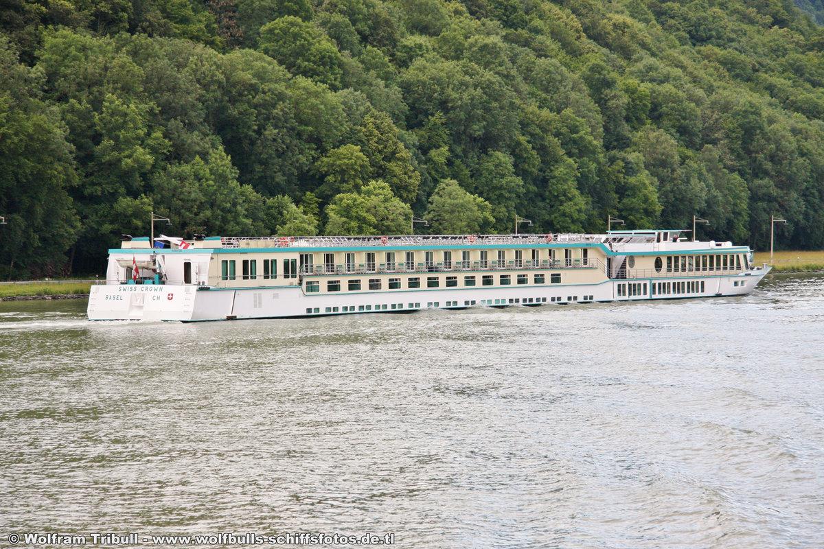 SWISS CROWN am 12.06.2011 auf der Donau bei der Schiffsschleuse Jochenstein (AUT)